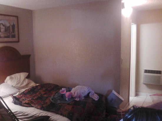 Americas Best Inns & Suites: Small room and hard beds, they don't clean
