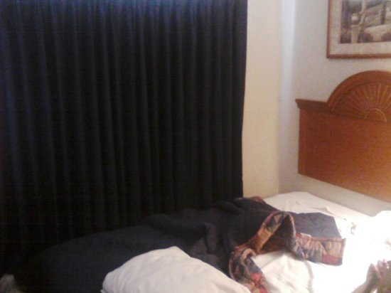 Americas Best Inns & Suites: Small room, hard beds, they don't clean