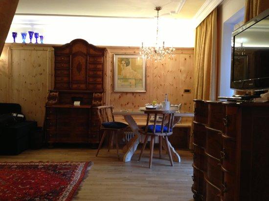 Hotel La Perla: Salotto della stanza