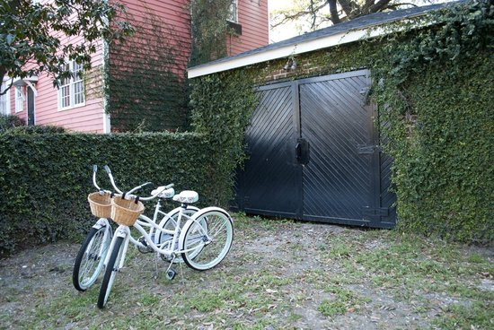 The Keith House Inn: From the parking area...bikes you can use, how cute!