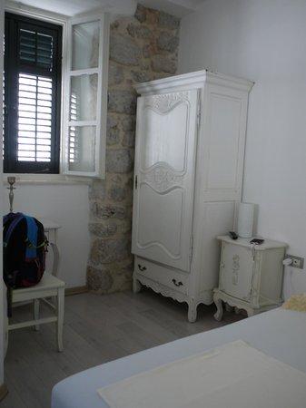 Roko House: アンティークの家具