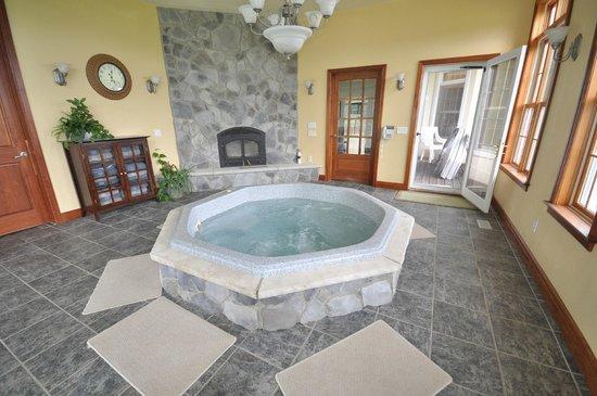 Stone Edge Estate Bed & Breakfast: Jacuzzi