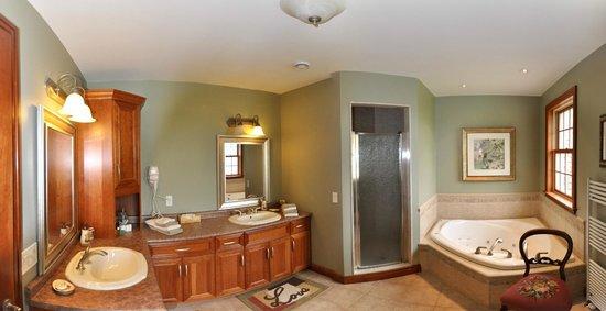 Stone Edge Estate Bed & Breakfast: Escarpment Suite Ensuite