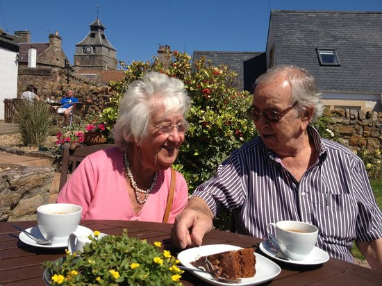 Honeypot Guest House & Tearoom: Coffee and Cake in the Garden (Mum and Dad)