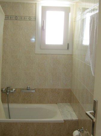 Tinos Resort: bathroom