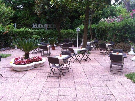 Byron Hotel: Terrasse pour se détendre et boire un verre après la plage.