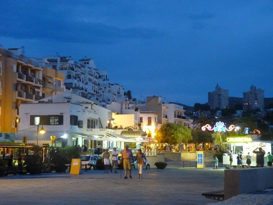 Real Rent Calamora Resort: Zona puerto, explanada Castillo