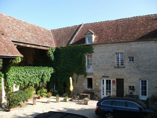 Auberge de la Mue: Courtyard view