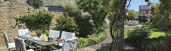 The Glove House : Breakfast in the Garden