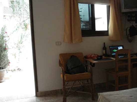 Dahab Coachhouse : Desk with chair, window to outside area