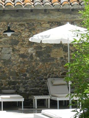Les Chambres d'Andréa: Où trouver de l'ombre à la piscine...