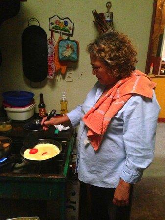 Hotel Los Encuentros : Doña Irma making breakfast