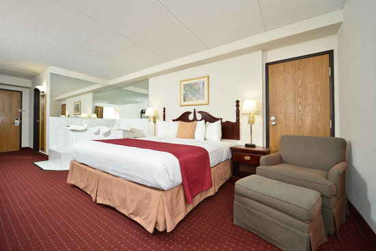 BEST WESTERN Naperville Inn: King Bed with whirlpool tub