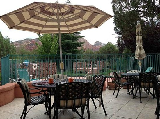 Casa Sedona Inn : Hot Tub and Outdoor Patio where Breakfast was Served