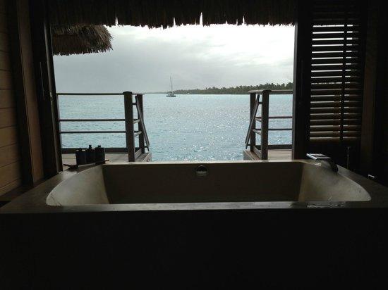 Four Seasons Resort Bora Bora: Salle de bains ouverte sur le lagon de BORA