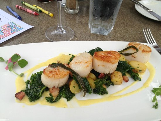 Boat House Waterfront Dining: Wife's scallops