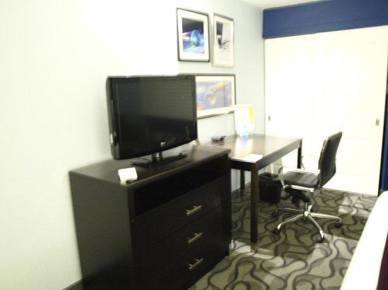 La Quinta Inn & Suites San Jose Airport : TV and work space