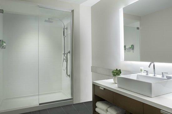 Element Vaughan Southwest: Guest Bathroom