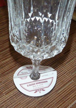Le Bistrot Bourguignon: Here is how the wine is presented with this little disc that you can keep.