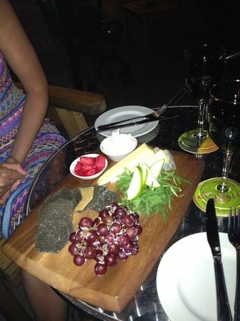 Scholars Townhouse Hotel: Late night cheese board with red wine, beautiful!