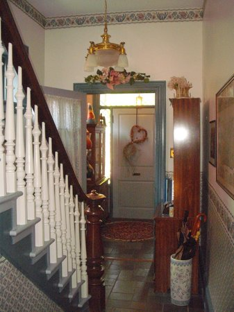 Alden House Bed and Breakfast: Front Entrance & Hall