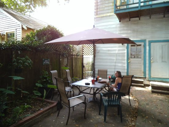 Old Historic Creole Inn : Courtyard with table