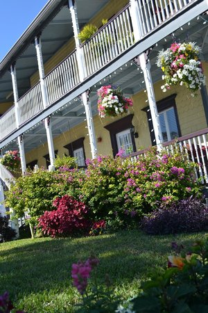Bayfront Marin House Historic Inn: Hanging baskets and blooming bougainvilla