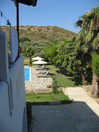 Hotel Irida Plakias: Blick in den Garten und dem Pool