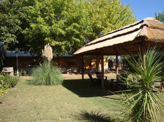 Cabanas Perdriel : Jardín con quincho