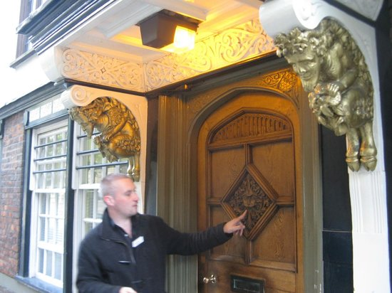 Oxford Walking Tours: Cochrane explaining the significance of a door