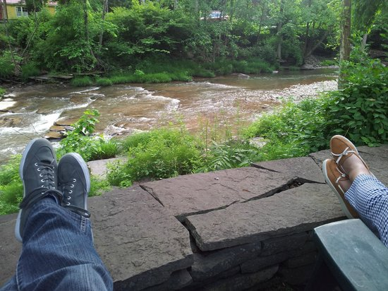The Woodstock Inn on the Millstream: Enjoying the welcoming coffee