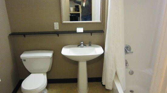 Mediterranean Inn: good-sized bathroom