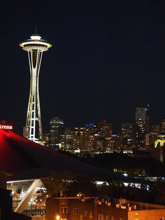 Mediterranean Inn: View of Space Needle from Rooftop Deck