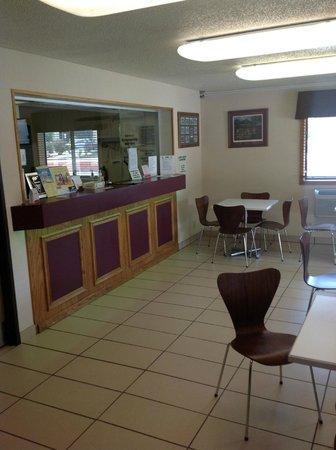 Super 8 Danville VA: Lobby area