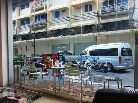 Armoni Hotel Sukhumvit 11: フロントからsoi11/1の眺め