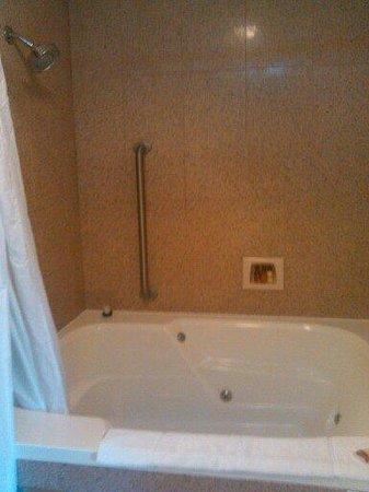Sheraton Suites Akron/Cuyahoga Falls: The jacuzzi tub