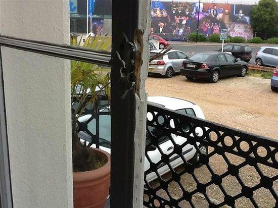 Courtlands Hotel: (very) defect window frame