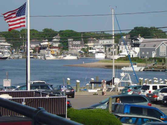 Hyannis Holiday Motel: The view from the porch