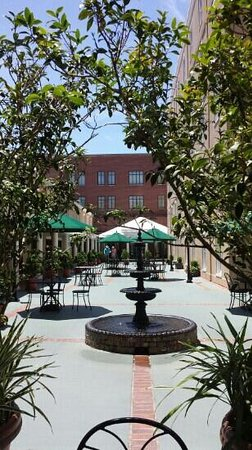 DoubleTree by Hilton Hotel and Suites Charleston - Historic District: courtyard