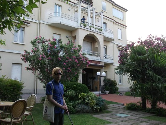 Hotel Benaco: Entrance and garden