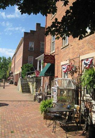 Historic Roscoe Village: Roscoe Village main street