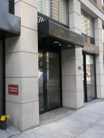 Hampton Inn Manhattan-Seaport-Financial District: the entrace