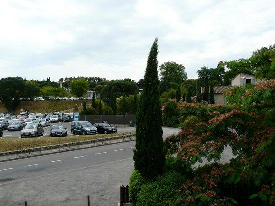Hotel Montmorency : vue sur le parking et cimetiere