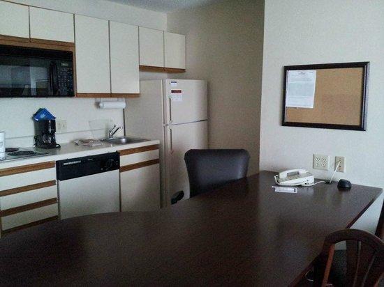 Hawthorn Suites by Wyndham Detroit Auburn Hills : Kitchen