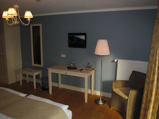 Hotel Eifelland: Pension Eifelland: Room with desk and TV