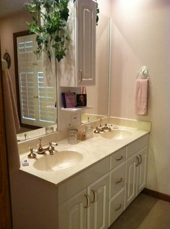 Country Ridge Bed & Breakfast: Exquisitely clean and charming bathroom!