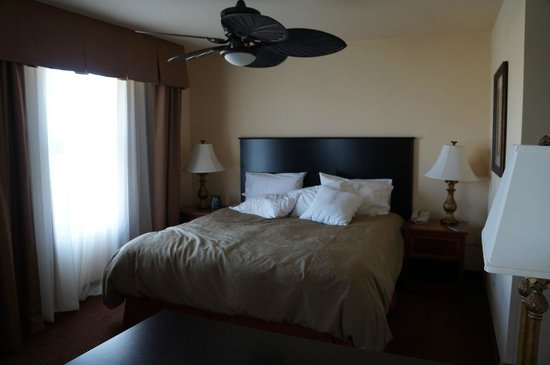 Homewood Suites by Hilton Fairfield - Napa Valley Area: king size bed