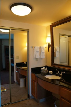 Homewood Suites by Hilton Fairfield - Napa Valley Area : closet