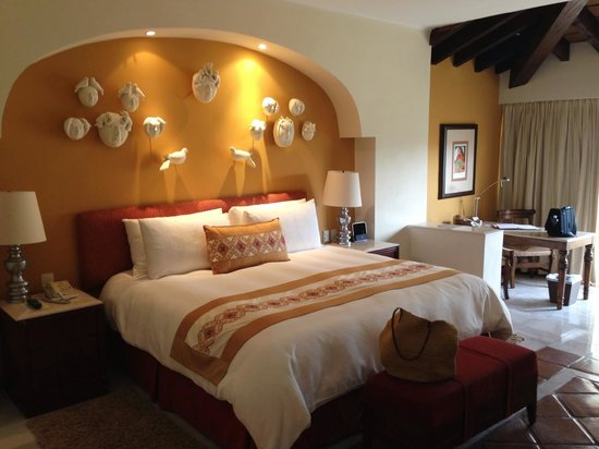 Casa Velas: Large, comfy bed.