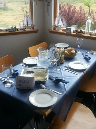 Covesea Cafe: table ready and waiting